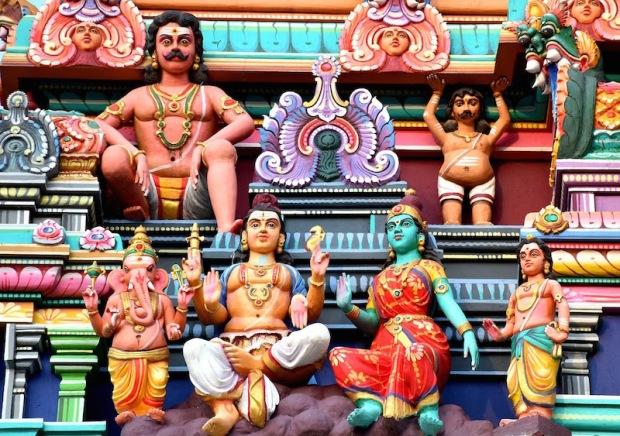Świątynie tamilskie na Mauritiusie są kolorowe i bogato zdobione. Zdumiewa naiwność stylizacji, zachęca do wyjaśnień, zaprasza do zadawania pytań.