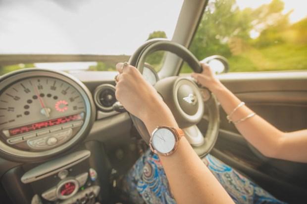 Wypożyczenie samochodu jest proste choć ryzykowne. Jazda po lewej stronie i wąskie drogi nie ułatwiają zwiedzania.